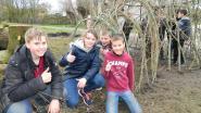 Kinderen bouwen wilgenhut op ontmoetingsplaats