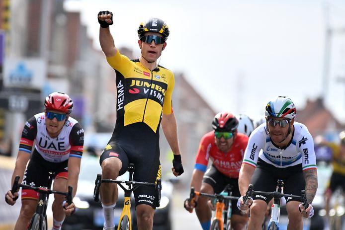 Van Aert was in Wevelgem de betere van Nizzolo en Trentin.
