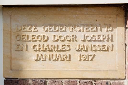 Joseph Jos Janssen, directeur van textielververij De Regenboog, legde samen met zijn zoon de gedenksteen voor Mariënhof.