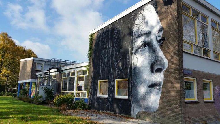 Onder de buurtbewoners bestaat het idee dat een door een buurtgenoot geplaatste muurschildering juist bij de broedplaats hoort. Beeld Sandra Vervoort