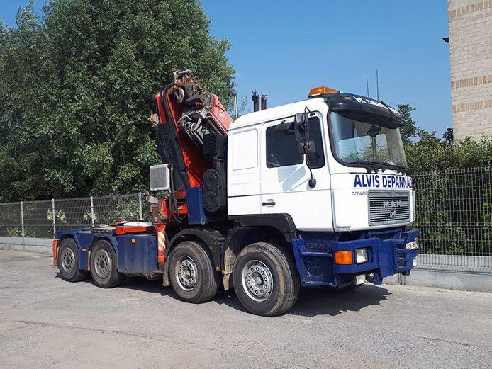 Eén van de depannagewagens van Alvis Depannage uit Oudenaarde snelde naar Waregem om de vrachtwagen opnieuw met de vier wielen op de grond te krijgen.
