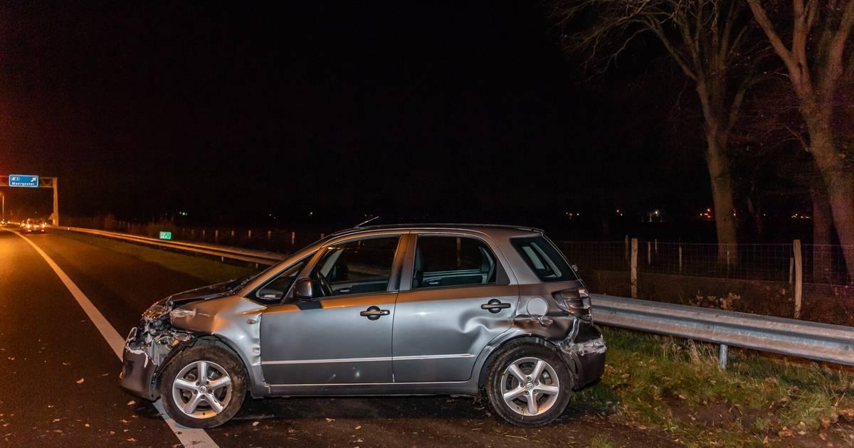 Drie autos in botsing met achtergelaten bankstel op A58 bij Moergestel.