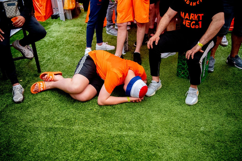 Bewoners van de Marktweg in Den Haag, de oranjestraat van Nederland, reageren op het verlies tegen de Tsjechen.  Beeld Hollandse Hoogte / Robin Utrecht