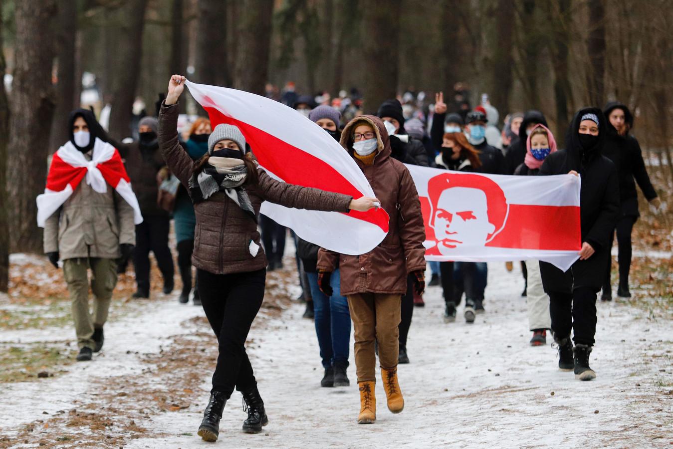 Massa's mensen gingen zondag de straat op in de Wit-Russische hoofdstad tegen de autoritaire leider van het land.