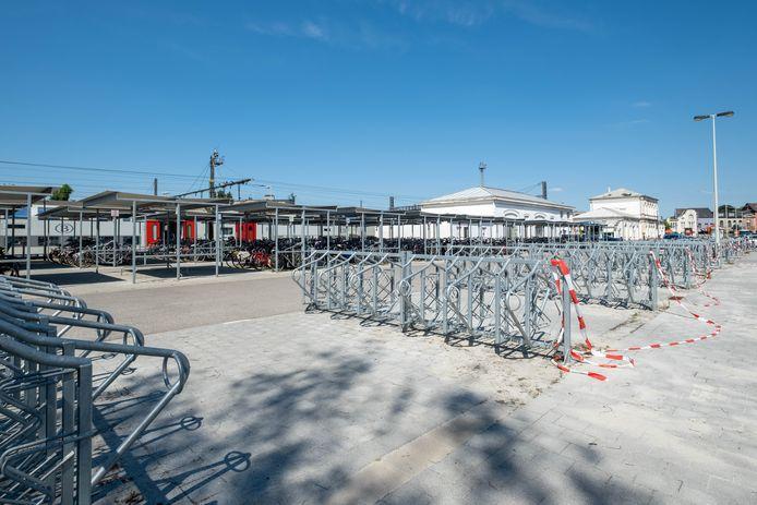 Een aantal fietsstallingen aan het station van Lier werd verwijderd. Desondanks blijven er nog steeds voldoende plaatsen voor fietsen over.
