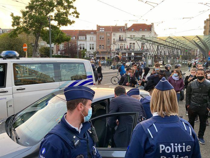 De in Franstalig België bekende YouTuber Loris Giuliano  kwam met zijn Volkswagen tot op het Flageyplein. Veel aanwezigen verzamelden zich rond zijn auto, totdat de politie ingreep. (2/2)