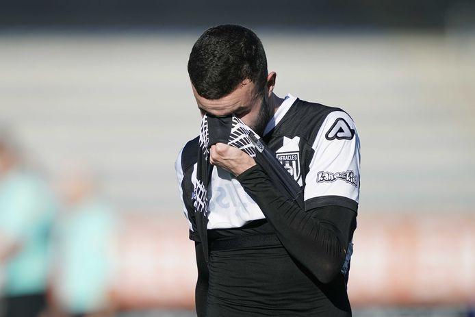 Schaamte bij Heracles-speler Rai Vloet na de kansloze nederlaag in Waalwijk.