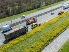 Auto botst op vrachtwagen op A73, flinke schade