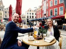 Sven (32) en Pamela (36) zijn getrouwd en vieren dat... op het net geopende terras in Utrecht