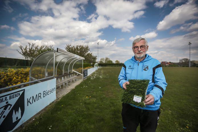 Secretaris Jean Max toont een stukje kunstgras, waarmee binnenkort het A-veld zal aangelegd worden.