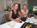 Noortje Nuijten (l) en Eva van den Hout (r) - medeorganisatoren van het Running Diner