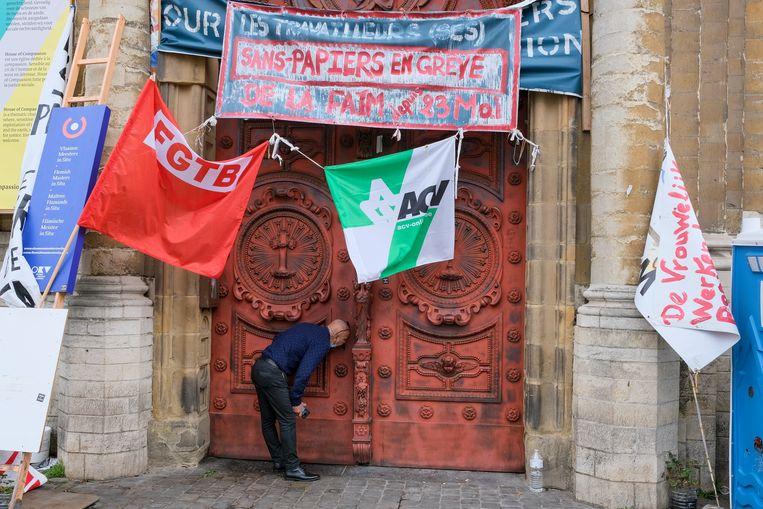 Hongerstakers in de Begijnhofkerk sluiten zich af. Beeld Marc Baert