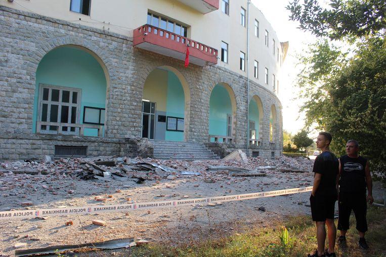 Schade aan een universiteitsgebouw in de Albanese hoofdstad Tirana.  Beeld EPA