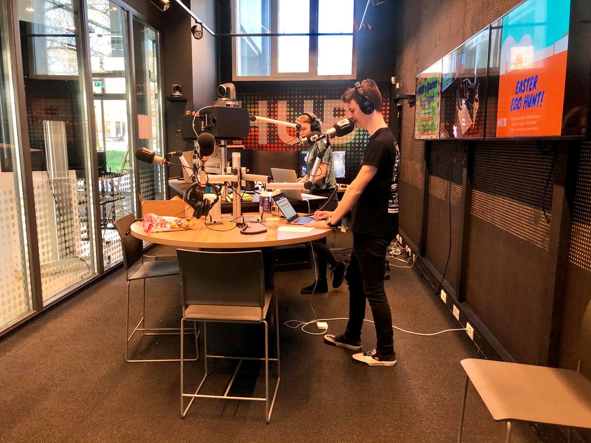 Wouter Maas en Esmee Mulder werken aan hun radioshow 'The Breakfast Club' in de studio op BUas