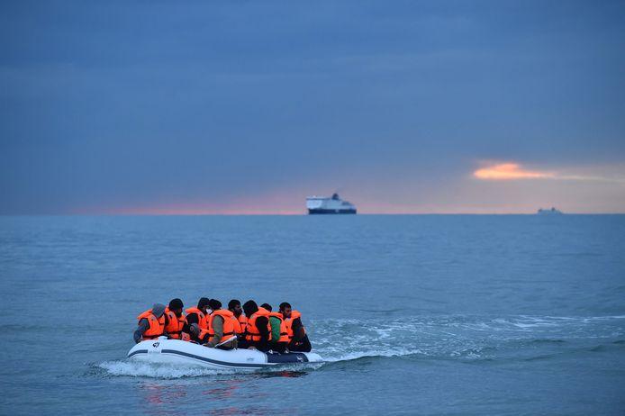 Het Britse ministerie van Binnenlandse Zaken meldde dat 30 kleine boten onderschept waren.