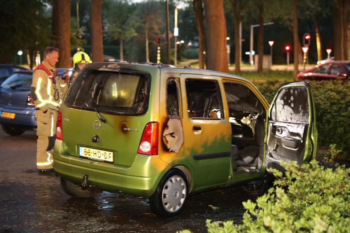 Wéér ging vanavond een auto in vlammen op.