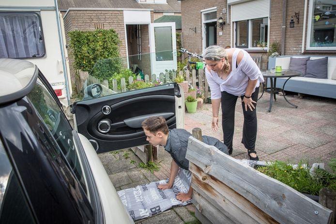 De gehandicapte Thomas moet naar de auto kruipen omdat tillen voor zijn moeder niet meer gaat.