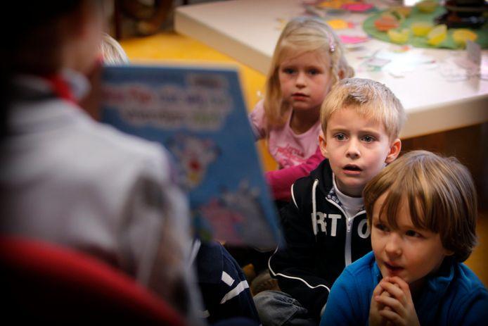 Een archieffoto uit 2011 van aandachtig luisterende kinderen op de Mierlosee Luciaschool. Het Eenbesbestuur wil af van het verouderde gebouw.