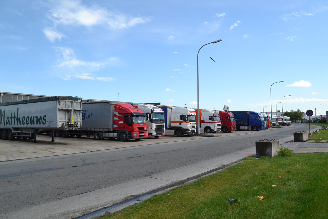 Archief. Een van de parkings op het industrieterrein van Veurne, waar vluchtelingen in vrachtwagens proberen te kruipen.