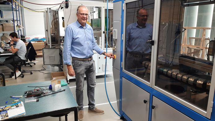 John Bom van BOM Engineering bij een geavanceerde sorteermachine, die door het bedrijf is ontwikkeld en gebouwd.