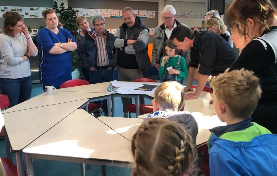 Buurtbewoners en leerlingen denken mee over hoe het nieuwe schoolplein van De Eendracht er uit moet gaan zien.