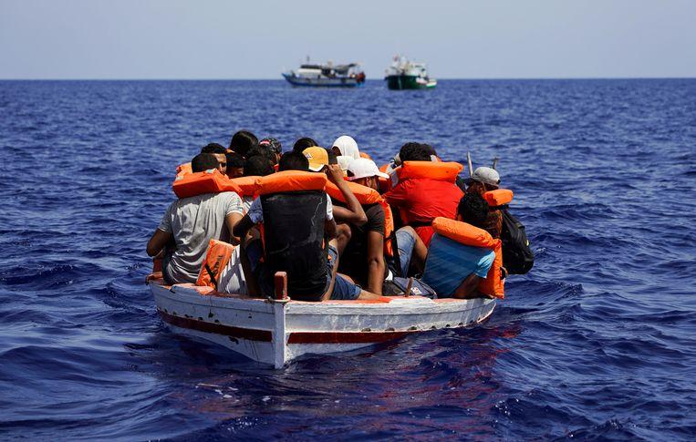 Een uit Tunesië afkomstige boot met migranten is op weg naar het Italiaanse eiland Lampedusa. Beeld REUTERS