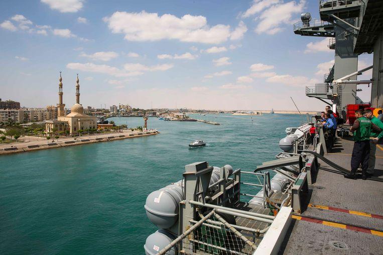 Het Amerikaanse vliegdekschip USS Abraham Lincoln vaart door het Suezkanaal. Beeld AFP