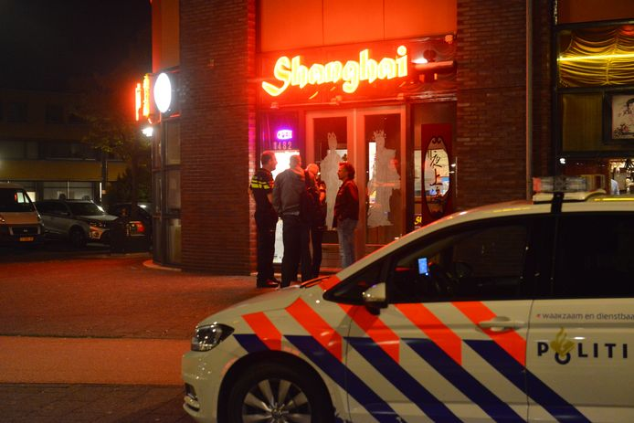 De politie doet onderzoek bij het overvallen restaurant aan de Laan van Wateringseveld in Den Haag.