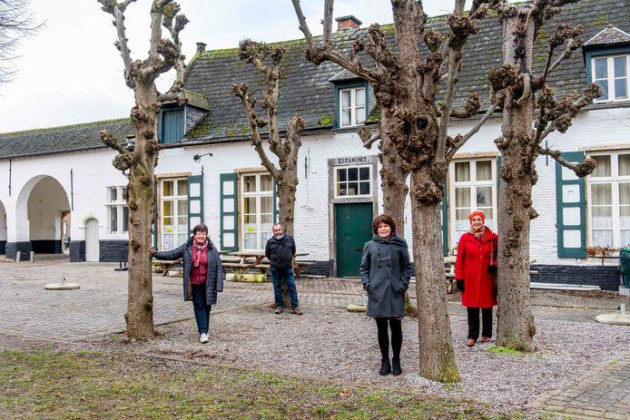 Enkele bewoners van Vlierbeek doken in de geschiedenis van hun buurt. Van links naar rechts: Annemie Pernot, Dirk Vande Gaer, Rien Van Meensel en Elisabeth Janssen.