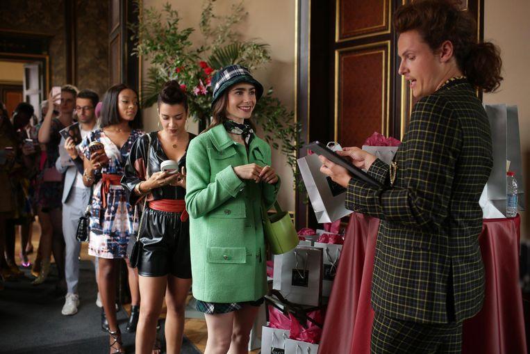 Emily (hier in Chanel-jas) neemt niks aan van de Fransen, niet eens hun taal, maar wil ze juist háár Amerikaanse marketinglesje leren. Beeld Netflix