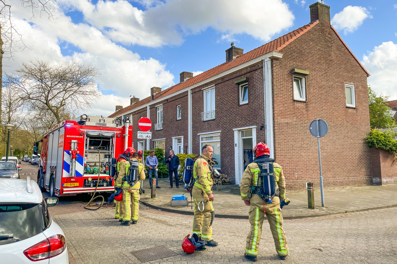 Brandweerlieden aan het werk.