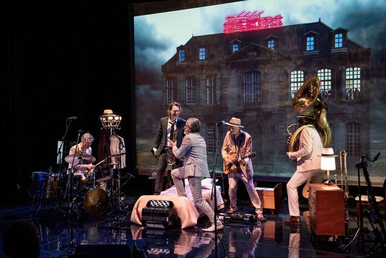 De geweldige musici in de show van Joost Spijkers dwalen als personages om hem heen. Beeld Jaap Reedijk