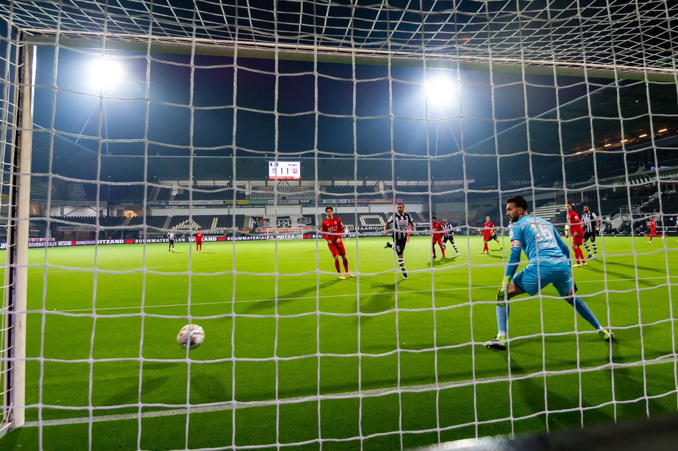 FC Twente-doelman Joël Drommel heeft het nakijken bij de strakke schuiver van Rai Vloet.