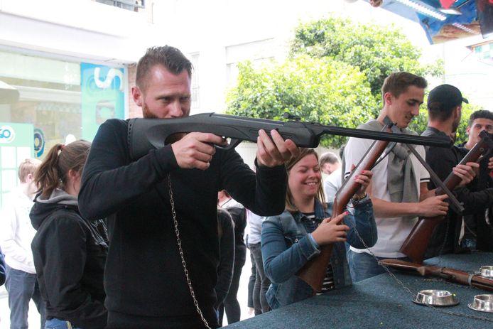 Teddy Chevalier schiet ook in het schietkraam met scherp
