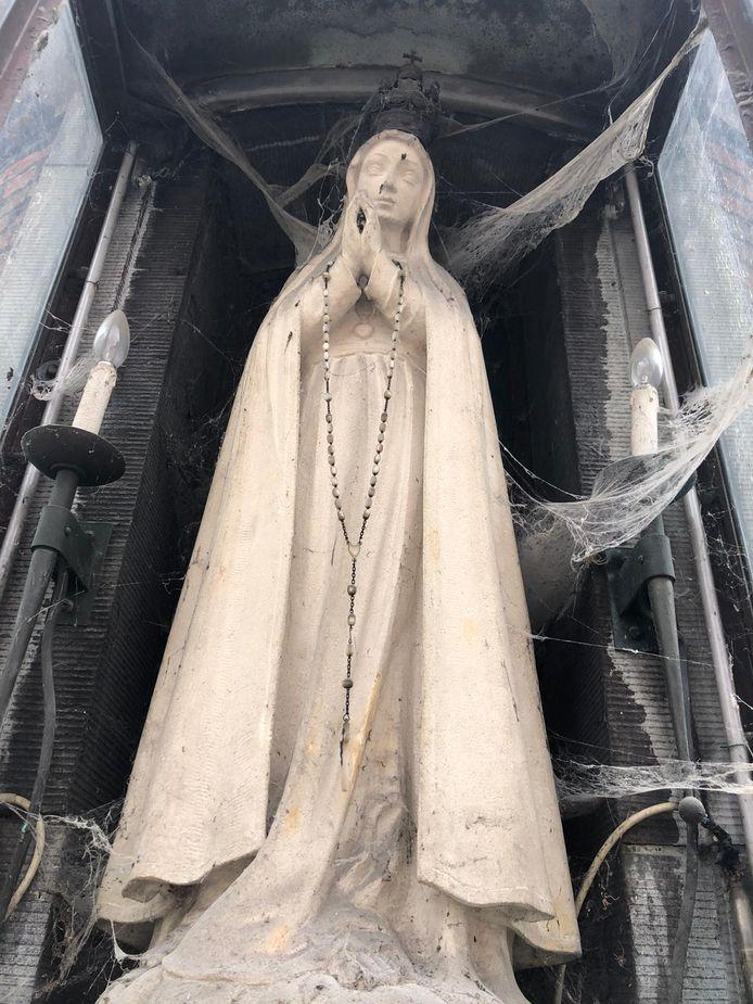 Het Mariabeeld voor de restauratie.