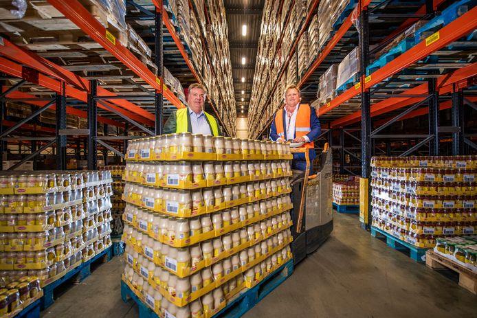 Nedcargo in Waddinxveen draaide vorig jaar een topjaar. Er werd extra veel eten verkocht vanwege corona. Rechts toenmalig algemeen directeur Diederik Antvelink, links Onno Brokke van GranFood (Grand'Italia), de grootste klant van Nedcargo.