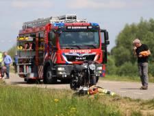 Motorrijder botst tegen grote trekker op dijk in Dodewaard bij inhaalactie