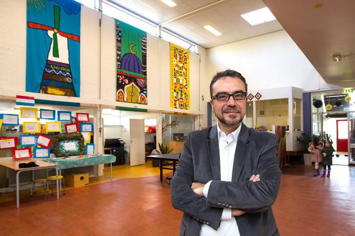 Schooldirecteur Ayhan Tonca maakt zich ernstig zorgen over de mogelijke verhuizing van zijn islamitische basisschool de Zonnebloem in Deventer. De school moet wellicht naar de Vijfhoek verhuizen, waar bijna geen kinderen wonen die de school bezoeken.