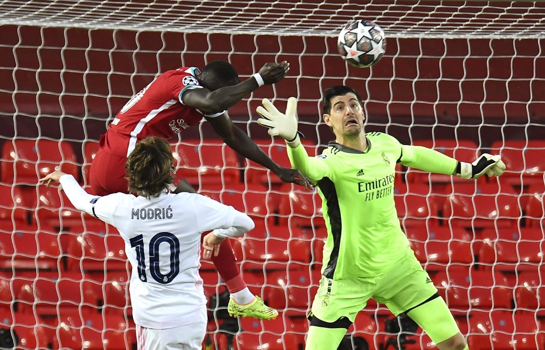 Doelman Thibaut Courtois tikt de bal weg voor de neus van Liverpool-spits Sadio Mané. Beeld EPA