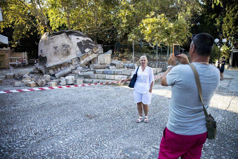 2017-07-22 15:59:24 KOS - Toersiten bekijken de schade die is ontstaan door de aardbeving op het Griekse eiland Kos. ANP JERRY LAMPEN Beeld ANP
