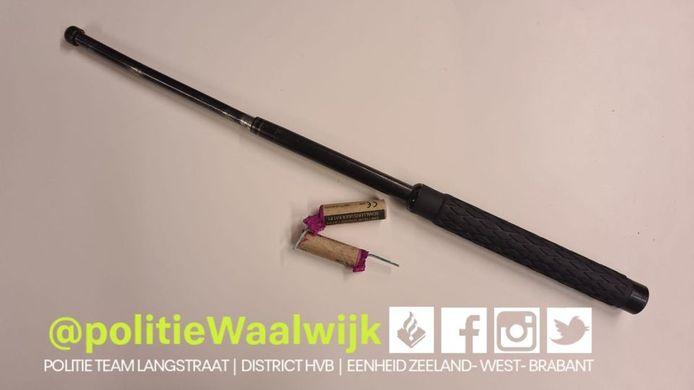 De politie heeft de wapenstok en het illegale vuurwerk in beslag genomen.