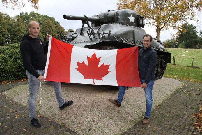 Jim Raaijmakers (l) en Bart van der Veen roepen inwoners van de hele gemeente op om op 24 oktober de bevrijding van Woensdrecht in 1944 te herdenken door Canadese vlaggen op te hangen.