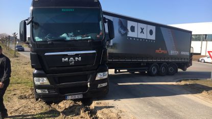 Vrachtwagen rijdt zich vast bij manoeuvre