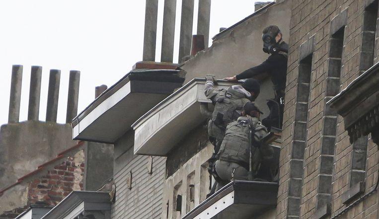 Bij een raid op een woning in Molenbeek op 16 november wordt de voortvluchtige Abdeslam niet gevonden. Beeld photo_news