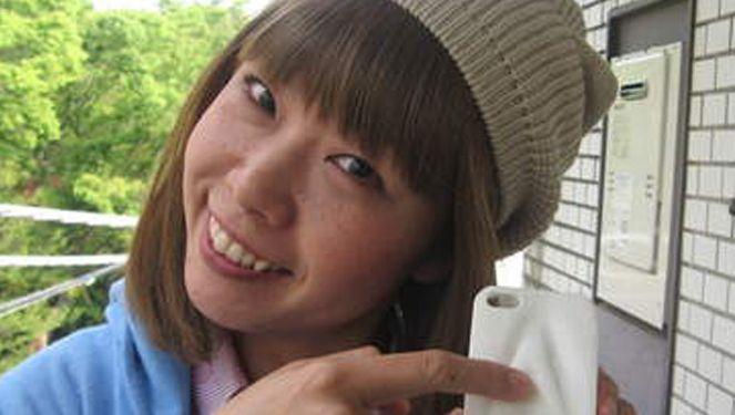 Rokudenashiko toont een smartphonehoesje geïnspireerd op haar vagina.