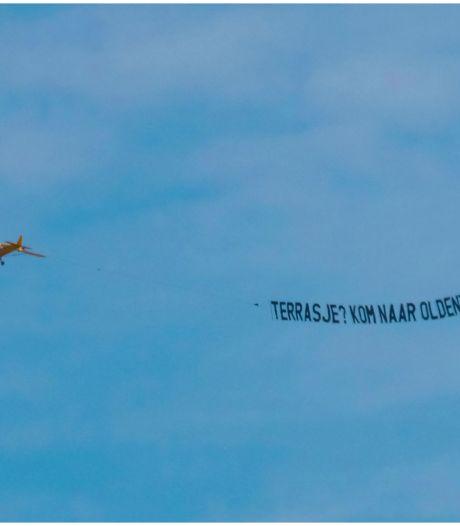 Opvallend vliegtuigje boven Enschede & Grolsch komt met nieuw lentebier