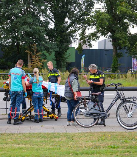 Vrouw op leeftijd valt met fiets in Apeldoorn na botsing met andere fietser