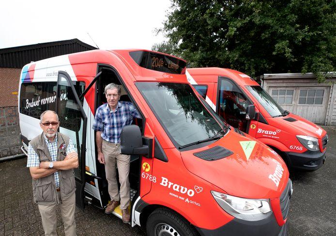 Henri Gooskens (R) en Jan Verboort bij twee buurtbussen, nog voor de installatie van kuchschermen, ventilatoren en luchtfilters. (archieffoto ter illustratie)