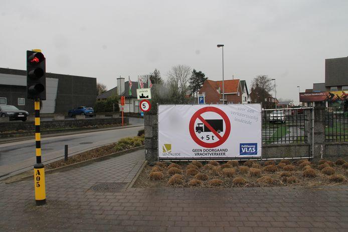 Eén van de banners aan de Rozebeeksestraat in Lendelede toont aan dat zwaar verkeer niet welkom is in de dorpskern.