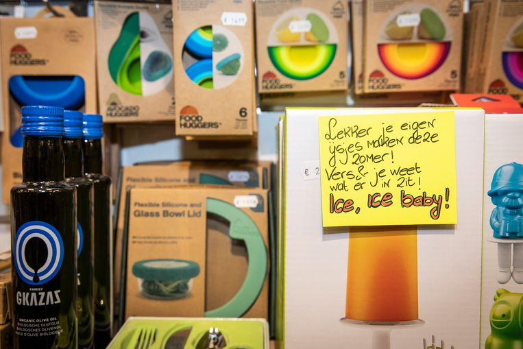 Bij elk product hangen gele handgeschreven briefjes van Ellen de Boer met goed bedoelde aansporingen. Beeld Dingena Mol